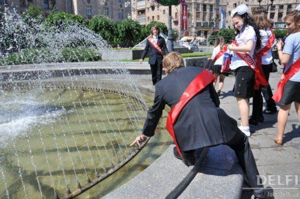 На последний звонок выпускники дрались, раздевались и купались в фонтанах
