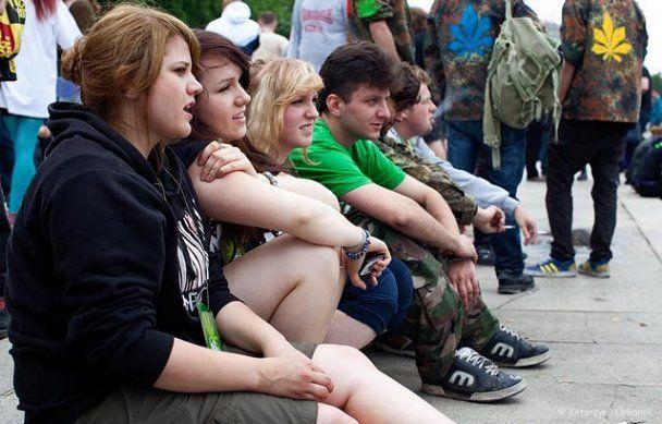 """У Варшаві захисники конопель вимагали """"Саджати, курити, легалізувати!"""""""