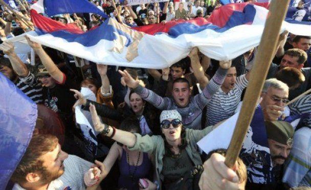 Учасники мітингу проти арешту Младіча закидали поліцію петардами