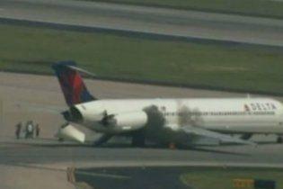 У пасажирського літака MD-88 при посадці спалахнув двигун
