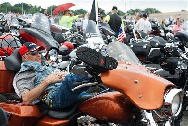 """Тысячи байкеров приняли участие в мотопробеге """"Rolling Thunder"""""""