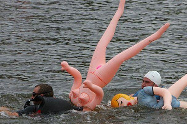 Необычный заплыв на резиновых секс-куклах в Вильнюсе