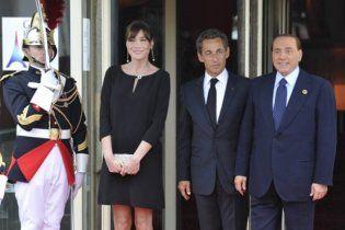 Карла Бруні-Саркозі не поцілувала Сильвіо Берлусконі