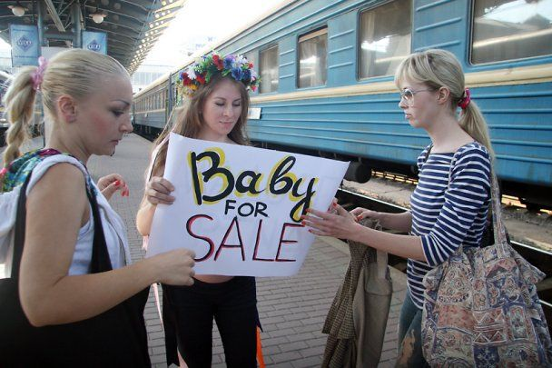 Вагітна активістка FEMEN роздяглась на вокзалі у Києві