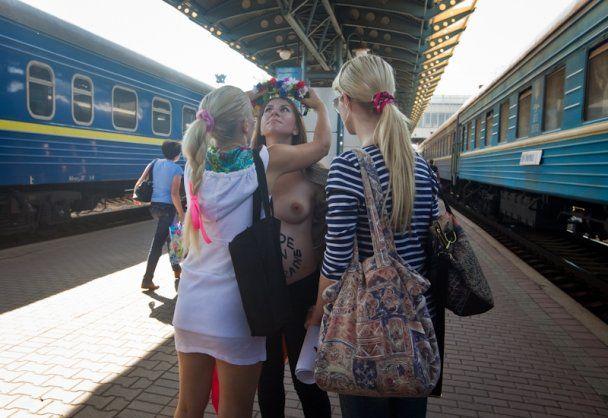 Беременная активистка FEMEN разделась на вокзале в Киеве