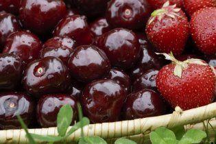 В Киеве черешню продают по 140 гривен, а клубнику - по 45