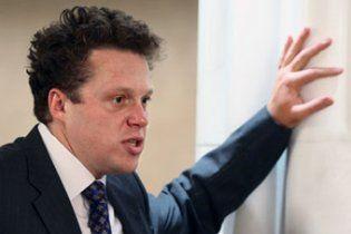 Российский бизнесмен съел галстук после того, как проиграл пари