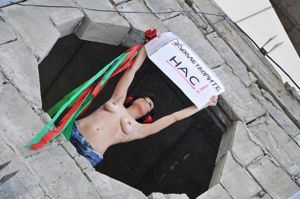 """FEMEN провели на Троещине топлес-акцию """"Голые стены"""""""