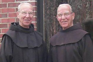 92-летние близнецы не расставались при жизни и умерли в один день