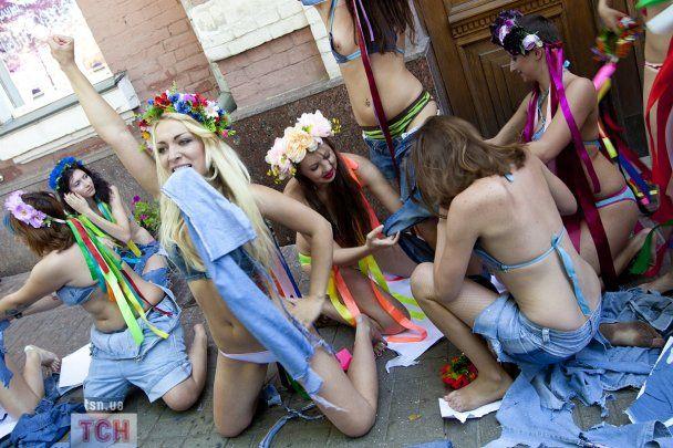 Активістки FEMEN рвали на собі одяг під час акції