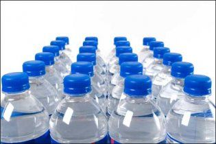 У Китаї 20 тонн фенолу потрапило в річку, люди скуповують воду в магазинах