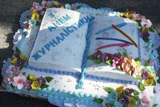 В Межигорье строители съели торт Януковича (видео)