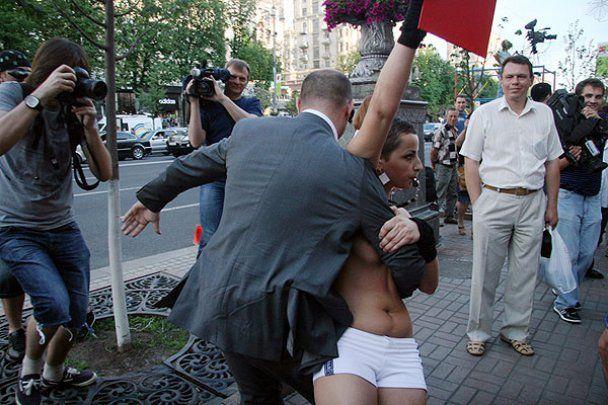 В Києві FEMEN майже зірвав запуск годинника Євро-2012