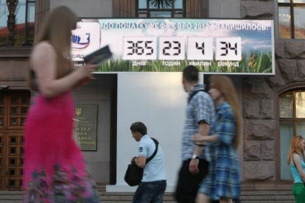 В Киеве голая FEMEN почти сорвала запуск часов Евро-2012