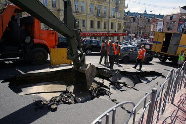 В центрі Києва біля Хрещатика провалився асфальт