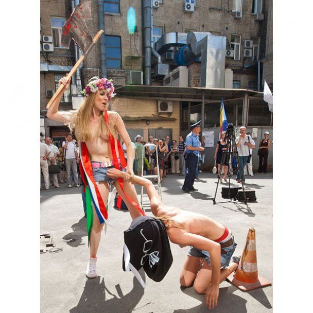 """FEMEN заради Луценка """"забив кроля"""" в Печерському суді"""