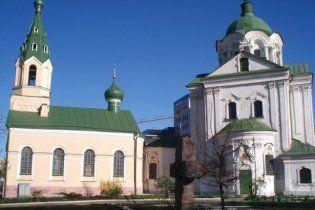Под церковью в центре Киева мужчина зарезал жену на глазах у прохожих