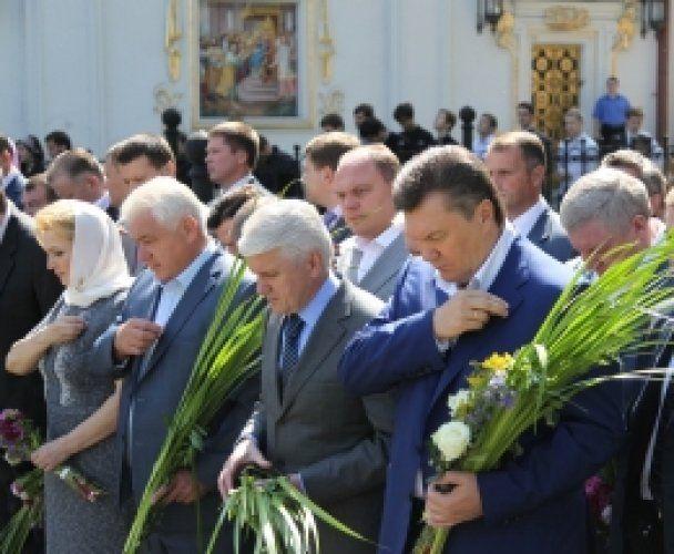 Янукович вместе с Азаровым и Литвином помолился в Лавре