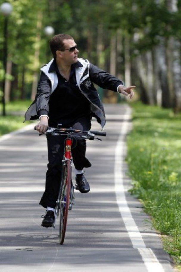 Медведев и Путин пересели на велосипеды