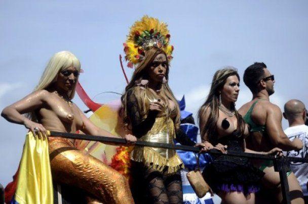 В Риме полмиллиона геев в костюмах невест и аватаров ругали Берлускони