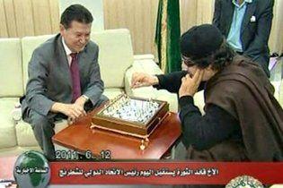 Каддафі за партією в шахи розповів, чому ніколи не покине Лівію