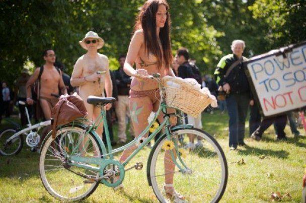 В мире провели многотысячные обнаженные велопробеги