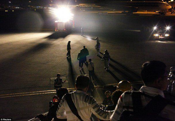 Фотограф зняв порятунок зсередини літака, двигун якого спалахнув