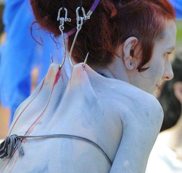 В Китаї дівчину підвісили на гачках заради акул