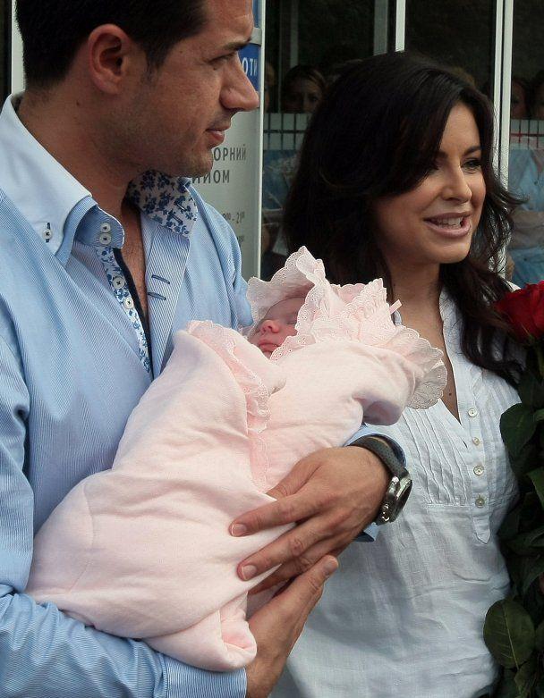 Ані Лорак з донькою виписалися  з пологового будинку