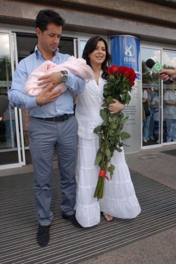 Ани Лорак с дочкой выписались из роддома