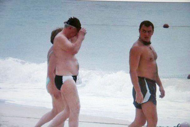 Азаров ходит купаться с охранником и личным врачом