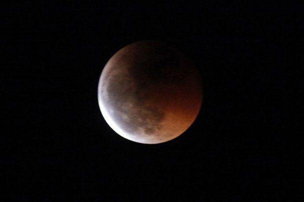 Світ спостерігав за повним місячним затемненням