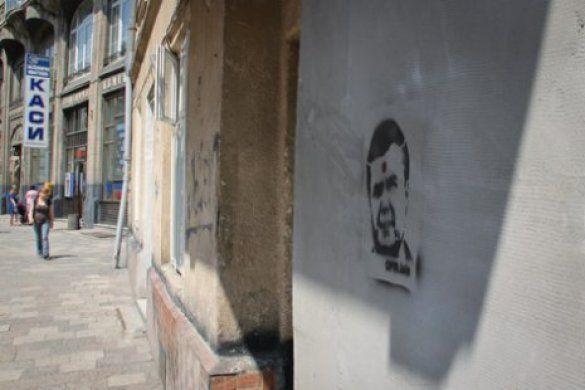 У Львові невідомі розмалювали стіни зображенням Януковича з простреленою головою_4