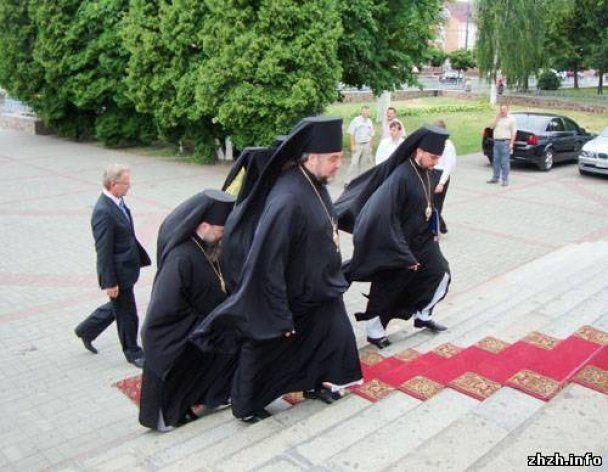 """Житомирський єпископ УПЦ МП їздить на богослужіння на """"Лексусі"""" за 1,5 млн"""