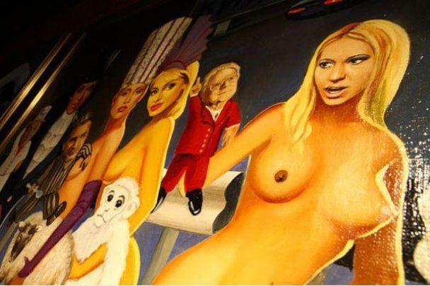 Путін і гола Тимошенко в музеї еротики у Москві