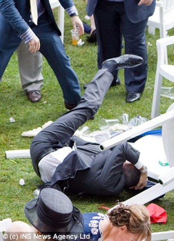 На королевских гонках пьяные джентльмены дрались стульями и бутылками по 200 долларов