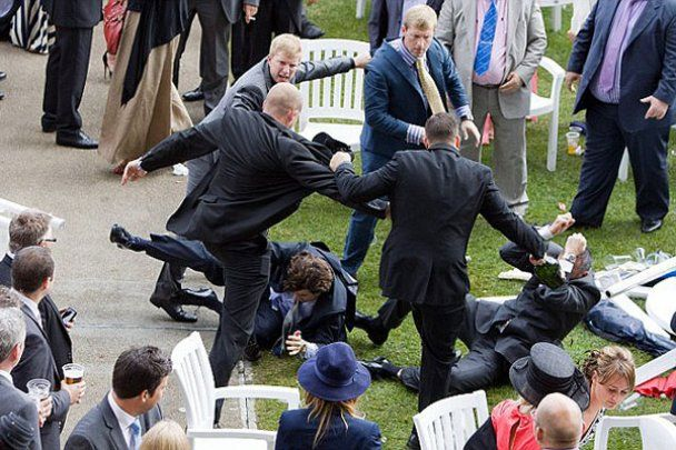 Бійка справжніх джентльменів на королівських скачках