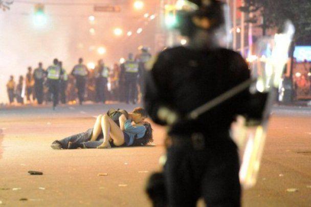 Кохання посеред хаосу: світ облетіло фото поцілунку під час погромів у Ванкувері