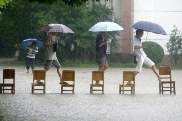 Через повінь у Китаї без даху над головою залишились 2 мільйони людей