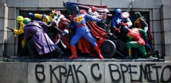 У Болгарії пам'ятник радянським воїнам розмалювали в Супермена і Санту_1