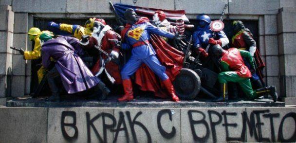 В Болгарии памятник советским воинам разрисовали в Супермена и Санту