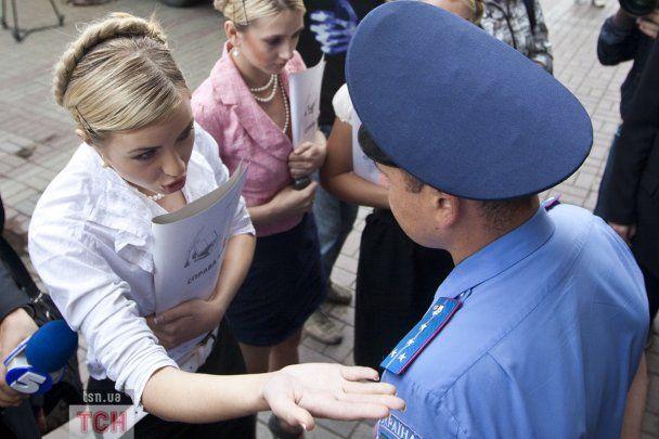 """Активістки FЕMEN в образі Тимошенко намагались """"викупити"""" Луценку свободу"""