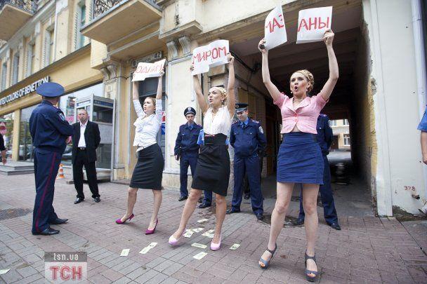 """Активистки FЕMEN в образе Тимошенко пытались """"купить"""" для Луценко свободу"""