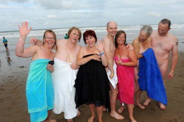 400 британців встановили рекорд, скупавшись голяка в холодному морі