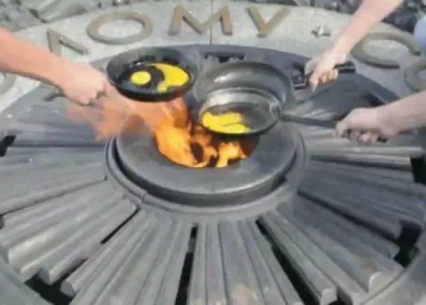 Последователи скандальной студентки зажарили на Вечном огне еще три яичницы
