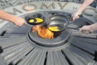 За смаження яєчні на Вічному вогні затримали двох націоналістів