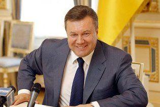 Янукович подарил европейским журналистам монеты со своим изображением