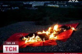 В Донецке двое шахтеров сожгли советский и нацистский флаги