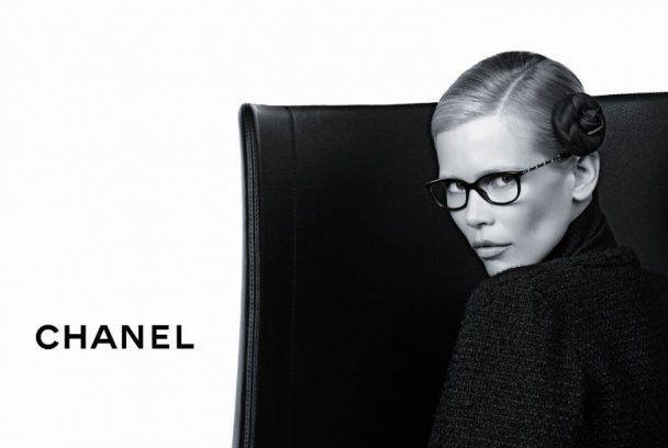 Лагерфельд сфотографировал Клаудию Шиффер в своих очках
