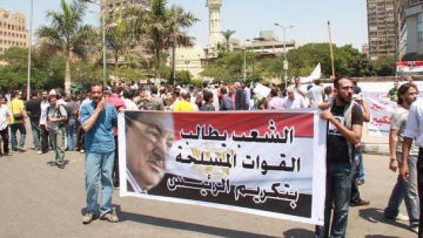 У Єгипті прихильники і супротивники Мубарака закидали одне одного камінням